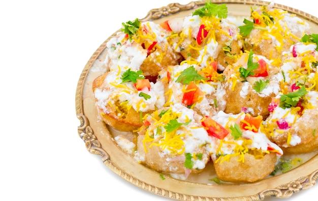 Indischer süßer und würziger chaat artikel dahi puri Premium Fotos