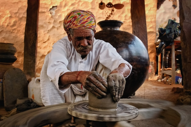 Indischer töpfer bei der arbeit. handarbeit handwerk von shilpagram, udaipur, rajasthan, indien Premium Fotos