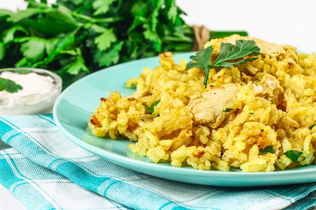 Indisches biryani mit huhn, joghurt und gewürzen in einer platte auf holztisch. neues jahr, weihnachtsgericht Premium Fotos