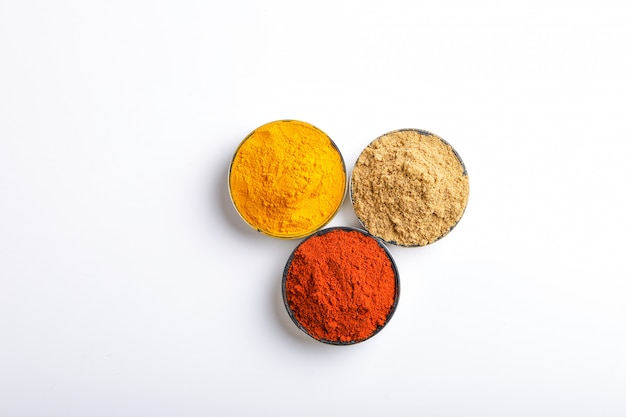Indisches buntes gewürz-rotes paprika-pulver, gelbwurz-pulver, koriander-pulver Premium Fotos