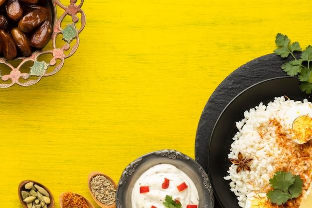 Indisches essen der draufsicht auf gelbem hintergrund Kostenlose Fotos