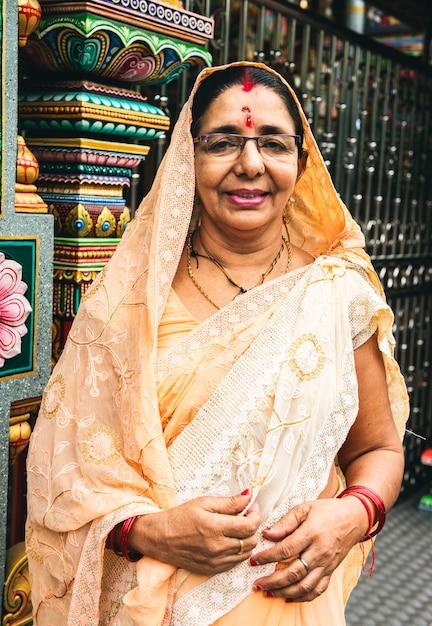 Indisches frauenporträt am tempel Kostenlose Fotos