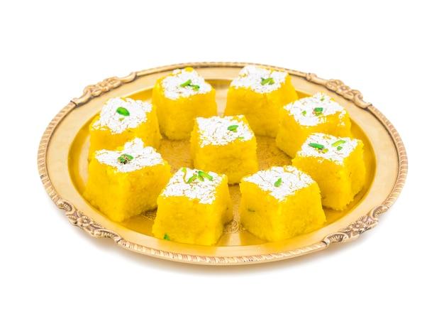 Indisches süßes kopra pak auf weißem hintergrund Premium Fotos
