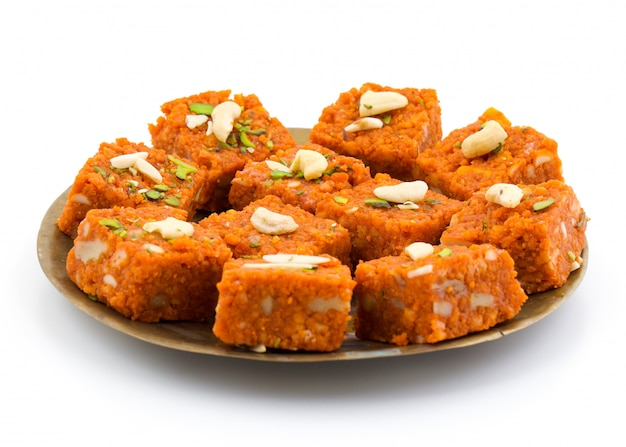Indisches süßes lebensmittel akhrot halwa Premium Fotos