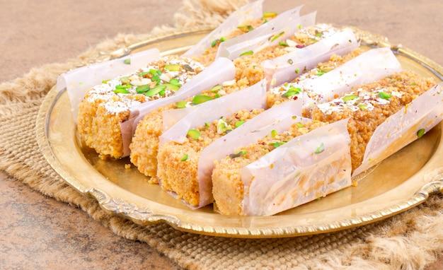 Indisches süßes lebensmittel gulab halwa Premium Fotos