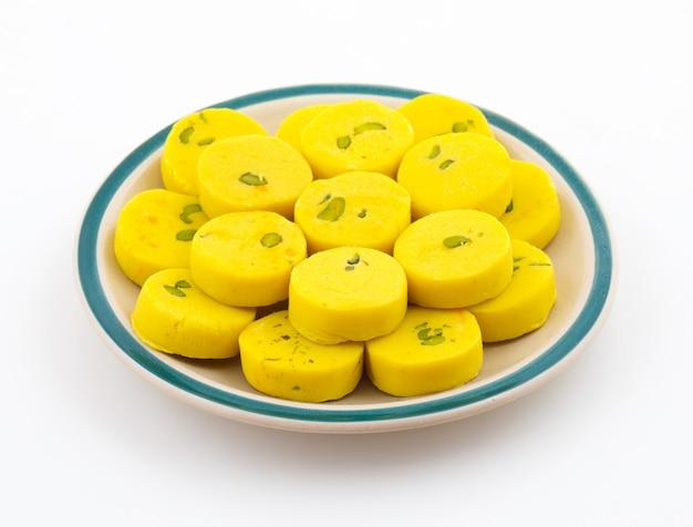 Indisches süßes lebensmittel kesar peda Premium Fotos