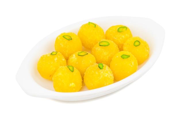 Indisches süßes lebensmittel-kokosnuss laddu auf weißem hintergrund Premium Fotos