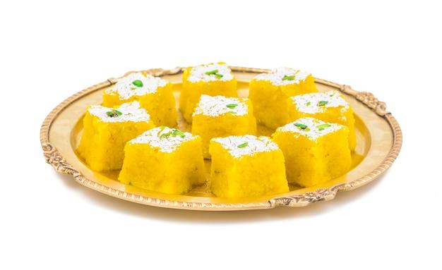Indisches süßes lebensmittel kopra pak auf weißem hintergrund Premium Fotos
