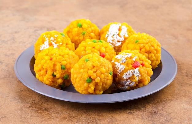 Indisches süßes lebensmittel laddu Premium Fotos