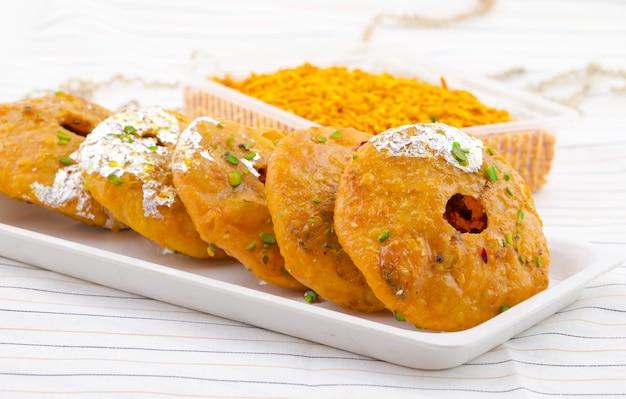 Indisches traditionelles süßes kachori Premium Fotos