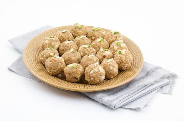 Indisches traditionelles süßes lebensmittel urad dal laddu Premium Fotos