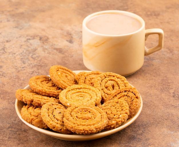 Indisches traditionelles tee-zeit-snack chakli Premium Fotos