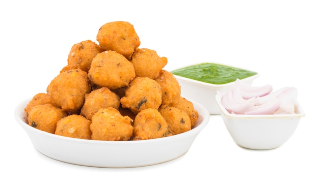 Indisches würziges straßenlebensmittel dal vada auf weißem hintergrund Premium Fotos
