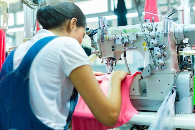 Indonesische näherin in der asiatischen textilfabrik Premium Fotos