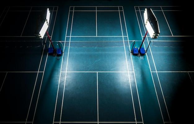 Indoor-badmintonplatz mit hellen weißen lichtern Kostenlose Fotos