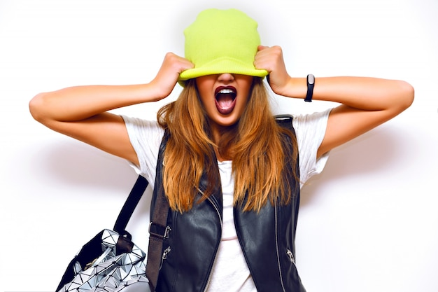 Indoor-mode-grunge-porträt einer frechen hipster-frau, lederjacke, rock-stil, dunkle lippen, blitz, verrückte emotionen. setzen sie einen hut auf ihre augen. Kostenlose Fotos