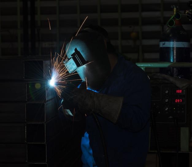 Industriearbeiter am fabrikschweißen, stahlstruktur schweißend Premium Fotos