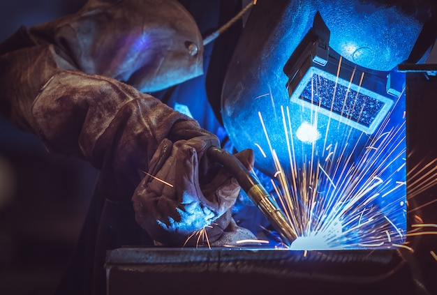 Industriearbeiter an der fabrik, die stahlkonstruktion schweißt Premium Fotos