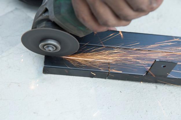 Industriearbeiter mit schleifscheibenschneidemaschine des schleifsteins Premium Fotos