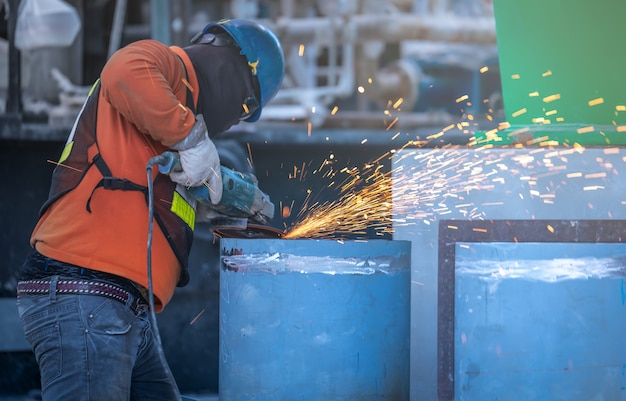 Industriearbeiter schneiden und schweißen metall mit vielen scharfen funken Premium Fotos