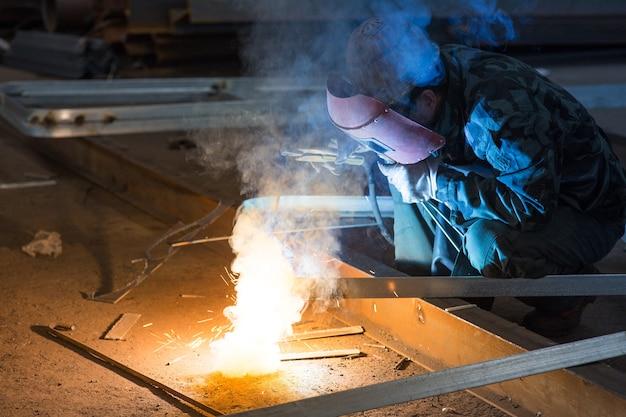 Industriearbeiter schweißen funken Premium Fotos