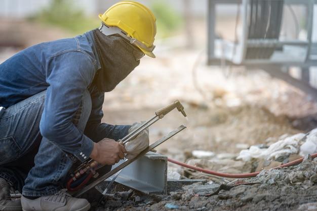 Industriearbeiter schweißt metall mit vielen scharfen funken Premium Fotos
