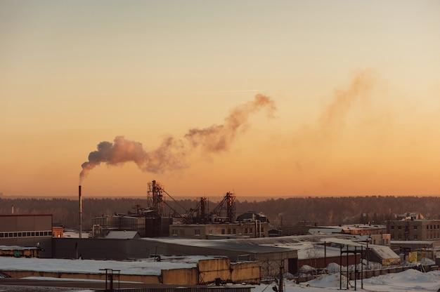 Industriegebäude bei sonnenaufgang. lagerhallen. rauch aus der pfeife. gradient. Premium Fotos