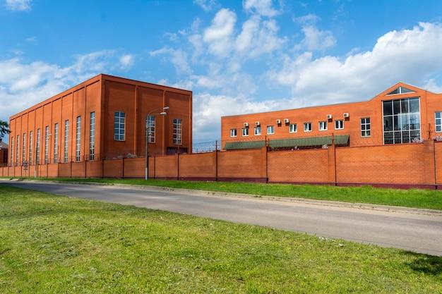 Industriegebäude mit bürogebäude. Premium Fotos
