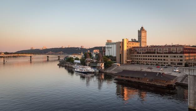 Industriegebiet von kiew blick von rybalskii brücke Premium Fotos