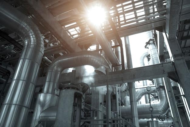 Industrielle ansicht in industrieanlage der erdölraffinerieanlagenform Premium Fotos