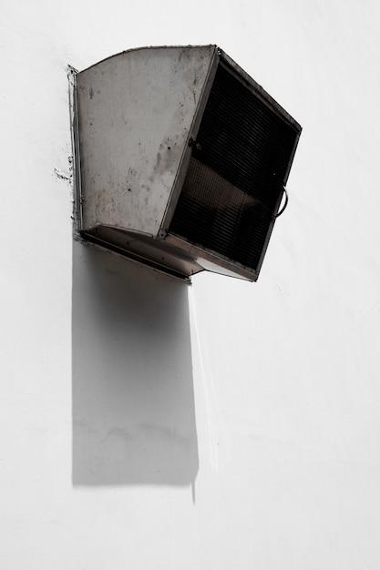 Industrielle entlüftung, die aus ein gebäude herauskommt Kostenlose Fotos