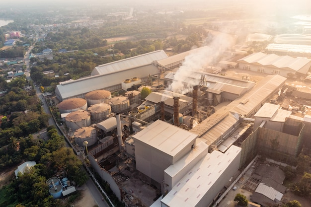 Industrielle fabrikfertigung mit emissionsrauch aus schornsteinen Premium Fotos