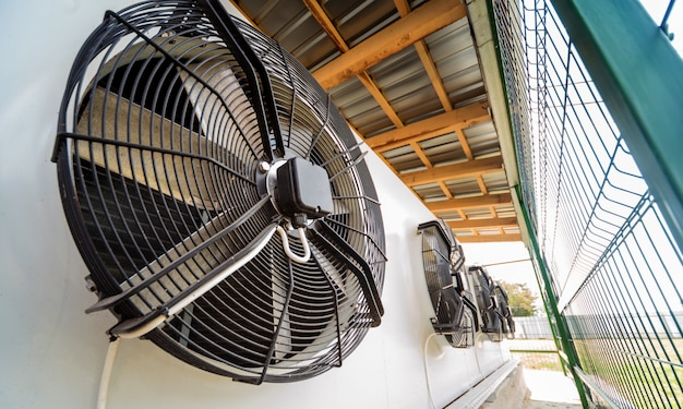 Industrielle lüftungsöffnung aus metall. hvac. ventilator. Premium Fotos