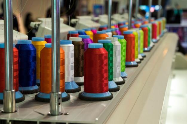 Industrielle stickmaschine. Premium Fotos