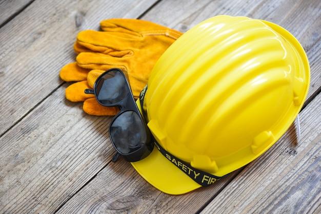 Industrieller gelber schutzhelm, handschuhe und brille Premium Fotos