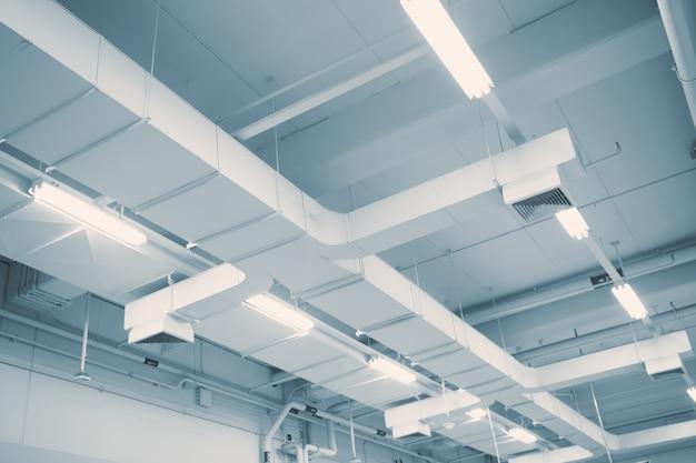 Industrieller luftstrom in der fabrik, im luftkanal, in der gefahr und in der ursache der lungenentzündung im büromann. Premium Fotos