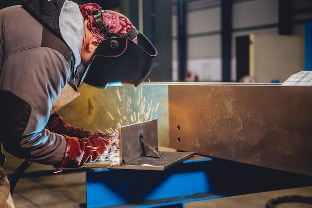 Industrieller schweißer mit fackel Premium Fotos