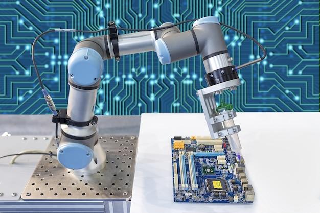 Industrieroboter, der einen computerchip installiert Premium Fotos