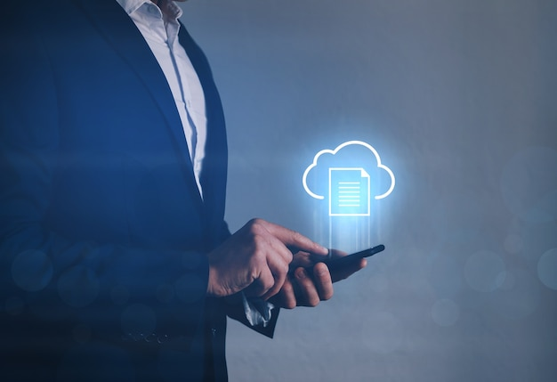 Informationstechnologe, der telefon mit cloud-computing-symbol hält. cloud-computing-konzept. Premium Fotos