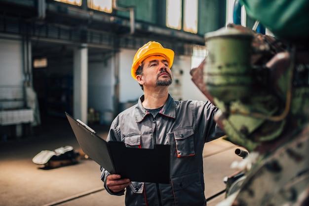 Ingenieur, der im werk eine qualitätsprüfung durchführt. Premium Fotos