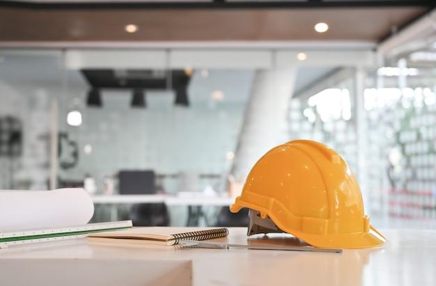 Ingenieur helm und zeichenausrüstung. Premium Fotos