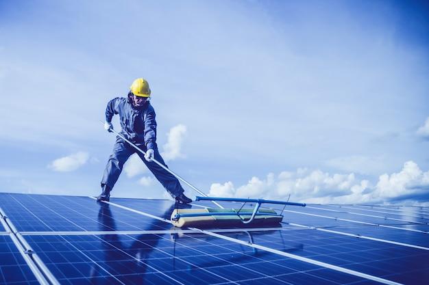 Ingenieure betreiben und prüfen die stromerzeugung von solarkraftwerken auf solardach Premium Fotos