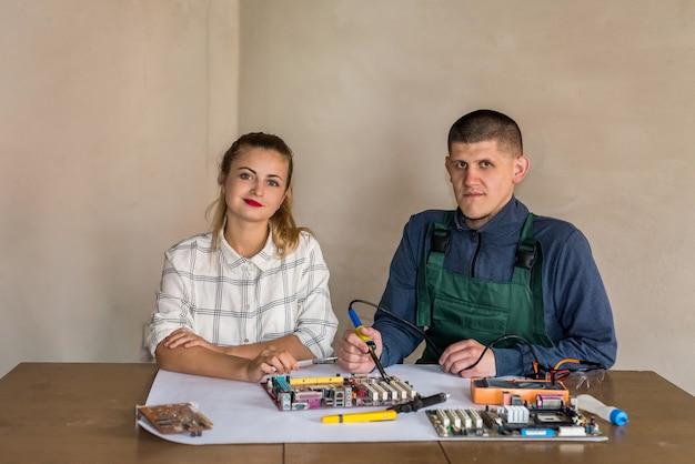 Ingenieure, die mit motherboard arbeiten, reparieren einige details Premium Fotos