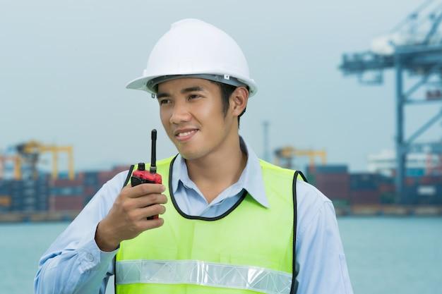 Ingenieure für die männer des verschiffungshafens. rund um die uhr radio benutzen. Premium Fotos