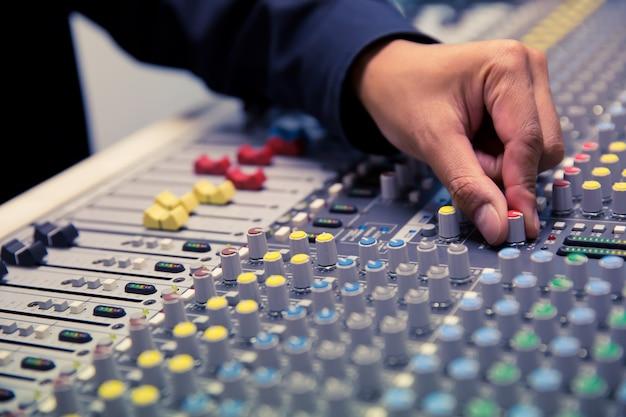Ingenieure überprüfen das soundsystem im studio. Premium Fotos