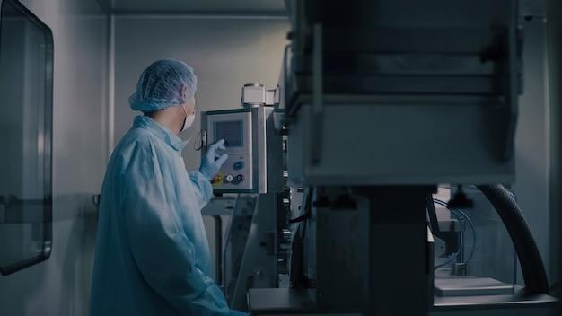 Ingenieurkontrolle pharmazeutische produktion, fabrikarbeiter, der pharmazeutische ausrüstung betreibt, apothekenindustrie, fabrikarbeiterprogrammierungskontrollfertigungsstraße. Premium Fotos