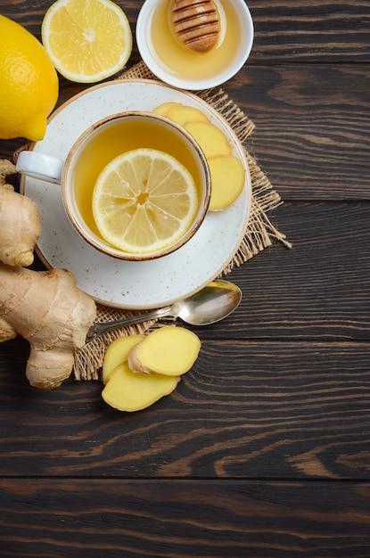 Ingwerwurzeltee mit zitrone und honig auf hölzernem Premium Fotos