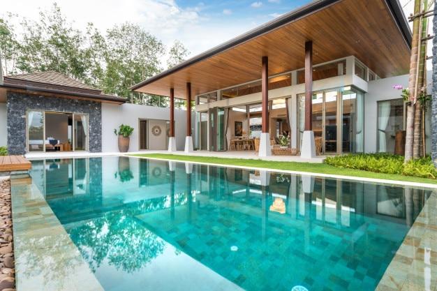 Innen- und außendesign der poolvilla mit swimmingpool, haus, haus Premium Fotos