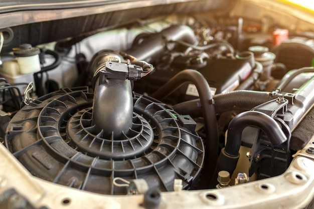 Innenansicht des automotors einschließlich luftfilter, polierfilter und ventilabdeckung. Premium Fotos
