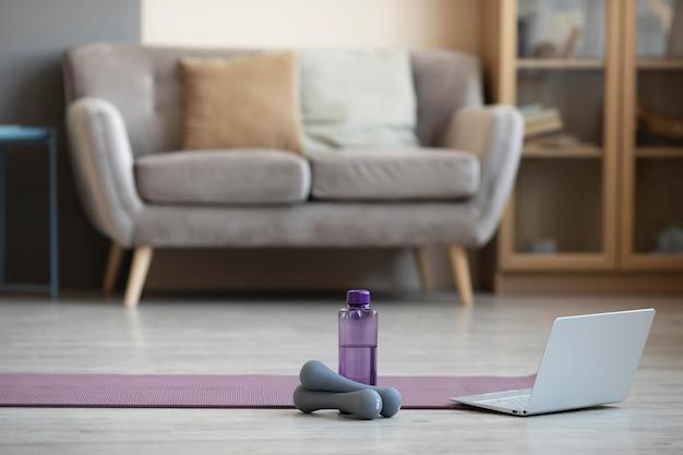 Innenarchitektur mit yogamatte und hanteln Kostenlose Fotos